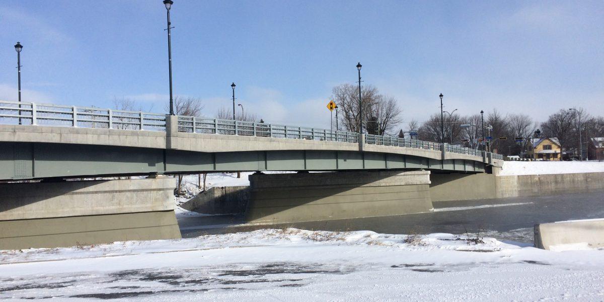 Fabrication d'un pont en acier de 25 poutres cambrées
